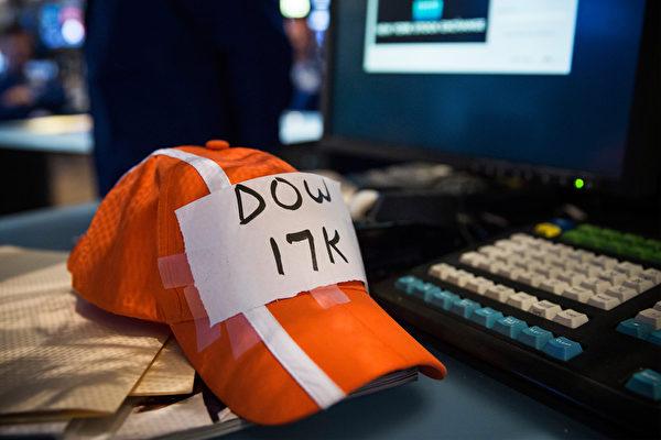 """7月3日上午,道琼斯工业平均指数冲破17000点,纽约交易所一名交易员在帽子上写上""""DOW 17K""""。(Andrew Burton/Getty Images)"""