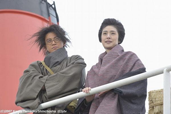 天海祐希(右)饰演日本传奇女社长铃木米,慧眼提拔伙计小栗旬(左)为其左右手。(纬来日本台提供)