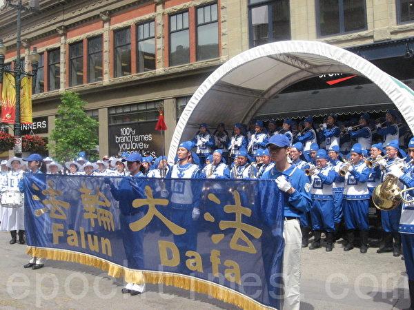 天國樂團在步行街表演。(林採楓/大紀元)