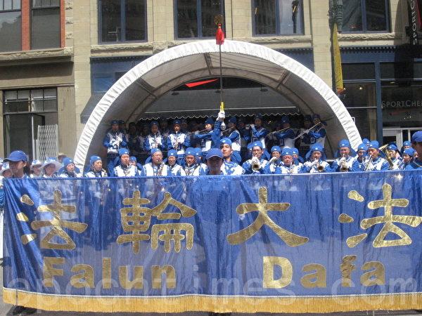 天国乐团在步行街表演。(林采枫/大纪元)