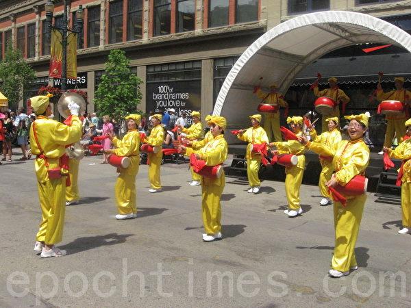 腰鼓隊在步行街表演。(林採楓/大紀元)
