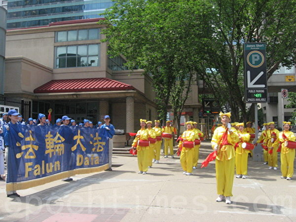天國樂團和腰鼓隊在唐人街表演。(林採楓/大紀元)
