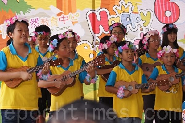 花蓮市北濱國小小朋友將夏威夷民俗樂器烏克麗麗,在現場彈奏樂器熱鬧助興。(詹亦菱/大紀元)