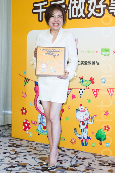 """台湾名主持人于美人7月11日在台北出席公益活动卖蛋糕,她自认准备不够不选台北市议员,但仍打趣称:""""其实我最想选的是副总统,好像没什么事做。""""(陈柏州/大纪元)"""