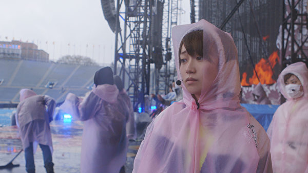 《AKB48光荣时刻》剧照:大岛优子毕业演唱会遇暴雨中止,让她在后台痛哭。(天马行空提供)