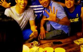 彭于晏及窦骁得知7月1日是导演生日时,开心策划了大惊喜活动。(图/华映提供)