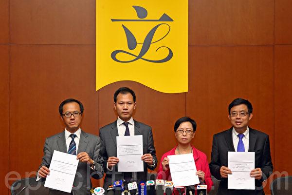 5名香港泛民議員批評前廉政專員湯顯明開啟廉署腐敗先河,予以最強烈譴責。(潘在殊/大紀元)