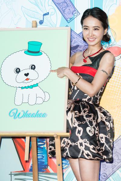藝人蔡依林(Jolin)7月10日在台北出席美妝記者會,日本插畫大師清水侑子把Jolin愛犬屋虎設計卡通圖像放在專輯中。(陳柏州/大紀元)