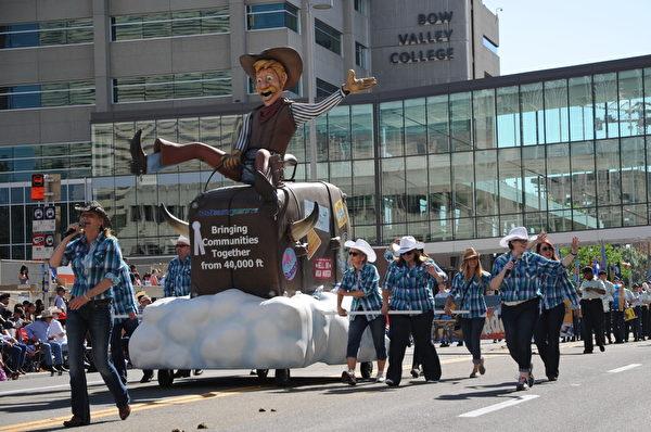圖:2014年7月4日,卡爾加里牛仔節在大遊行中拉開序幕。組委會統計,當天有超過120個團隊參加了遊行,現場觀眾達到25萬。(吳偉林/大紀元)