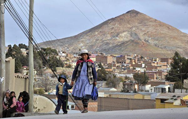 玻利维亚女人经常穿着传统服装,她们多半是印第安艾马拉族人。(AIZAR RALDES/AFP/Getty Images)