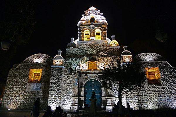 波托西的圣洛伦索礼拜堂( San Lorenzo Temple)的夜景(AIZAR RALDES/AFP/Getty Images)