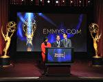 2014年7月10日,(左至右)喜剧女星敏迪•卡灵(Mindy Kaling)、电视学院主席布鲁斯•罗森布拉姆(Bruce Rosenblum)和《美国好声音》主持人卡森•达利共同宣布第66届艾美奖提名名单。(Kevin Winter/Getty Images)
