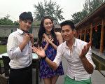 名模李蔚语、黄靖伦(左)与《世界我做煮》主持人陈德烈(右)前进到北京。(福斯国际电视网提供)