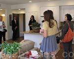圖:華人買家成為美國房地產公司的新寵,圖為爾灣一家建商向華文媒體記者介紹新屋。(劉菲/大紀元)