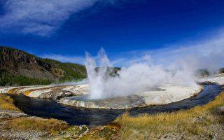美国黄石国家公园管理局于2014年7月10日,关闭火洞湖周边因火山地热及太阳高温融化的部分道路,进行维修工程。图为公园中的间歇温泉。(KAREN BLEIER/AFP/Getty Images)