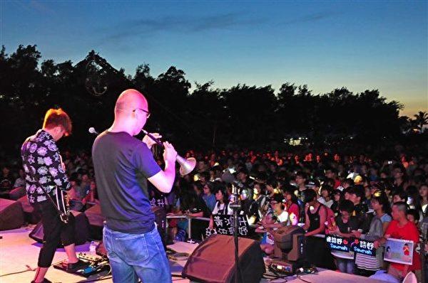 台灣三大海洋音樂盛會之一的東石漁人碼頭海之夏祭,7月12日晚上開幕晚會演唱的熱鬧場景。(嘉義縣政府提供)