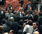 伊拉克叛军已横扫大半国土,甚至宣称建国,但伊拉克的政客们仍为争夺权利而争吵不休,7月13日第二次召开国会仍然没有丝毫进展。图为7月1日第一次召开会议时的争吵场面。(AHMAD AL-RUBAYE/AFP/Getty Images)
