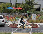 谷歌园区内随处可见的员工自行车 (杨帆/大纪元)