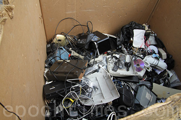 居民們送到「皇后區植物園」回收點的電子垃圾。(王依瀾/大紀元)