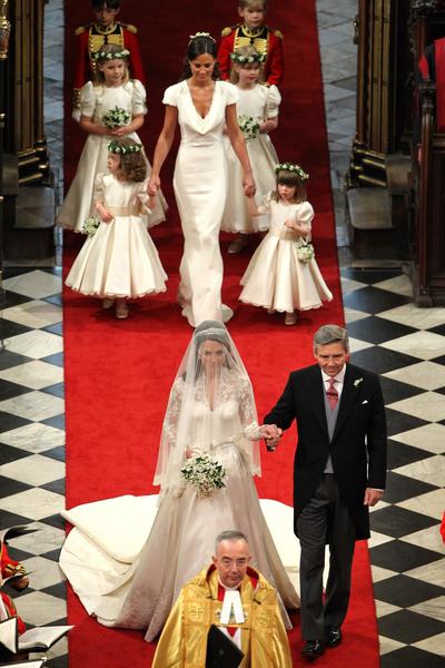 皮帕•米德爾頓(後中)在姐姐凱特的婚禮上擔任伴娘。(ANDREW MILLIGAN/AFP/Getty Images)