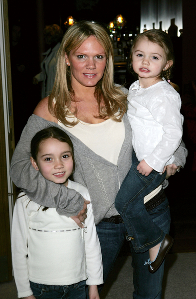 2005年2月,辣妹維多利亞的姐姐路易斯攜兩個女兒參加首映式。(Claire Greenway/Getty Images)