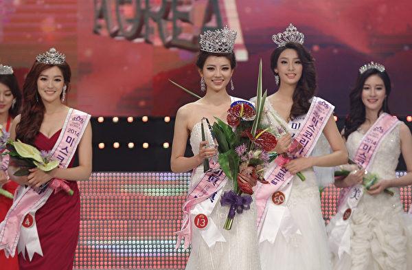 2014年韓國小姐大賽於7月15日落幕,中為22歲的新晉韓國小姐金秀妍(音)。(Chung Sung-Jun/Getty Images)
