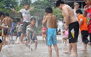 近日氣溫飆高,台北市衛生局提供防暑3要訣「通風、 遮陽、補充水分」,並提醒民眾,若發生中暑情形,應 儘快到通風涼爽處降溫,症狀持續須盡速就醫。 (中央社)