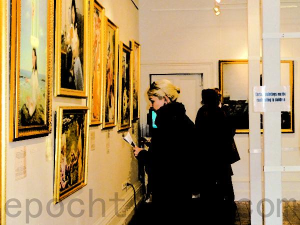 """""""真善忍国际美展""""第4次莅临阿德雷德的黑钻石艺术画廊,受到当地居民和游客欢迎,画廊诚邀明年再来。(摄影:李倩西/大纪元)"""