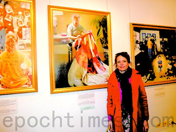 当地幼儿美术教师潘妮再次观看真善忍美展,感谢在社区能看到如此精美高尚的国际水平艺术钜作。(摄影:李倩西/大纪元)