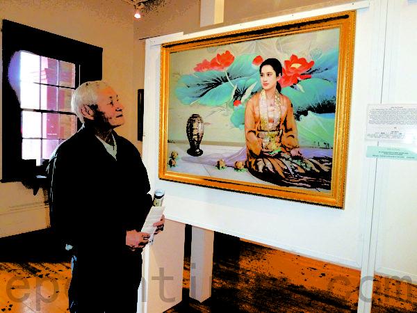 真善忍美展的信息和艺术手法深深地吸引了曾在中国新疆生活过的俄裔画家约尔达瓦,第二天又再来细看。(摄影:李倩西/大纪元)