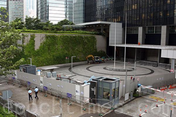 香港政府行政署7月17日突然發出新聞稿,宣佈政府總部東翼對開廣場關閉至8月底,進行加設圍欄工程。(蔡雯文/大紀元)