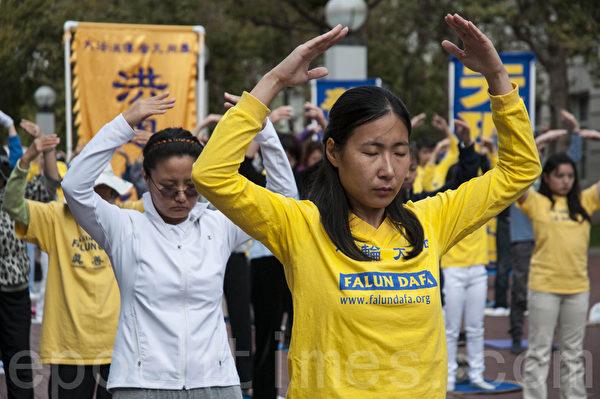 法轮功学员在旧金山联合国广场集体炼功。(曹景哲/大纪元)