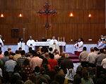 2014年7月20日,逃到库尔德自治区艾比尔市(Erbil)的基督徒在做礼拜。数百户伊拉克北部城市摩苏尔基督徒家庭逃离激进组织暴力威胁,结束了基督徒从16世纪开始,就在摩苏尔的生活。(SAFIN HAMED/AFP/Getty Image)
