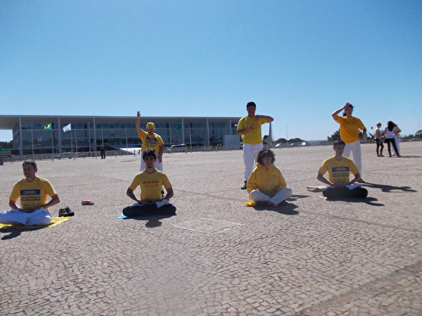 7月16日,法輪功學員們在巴西總統府前的三權廣場上煉功打坐。(大紀元)