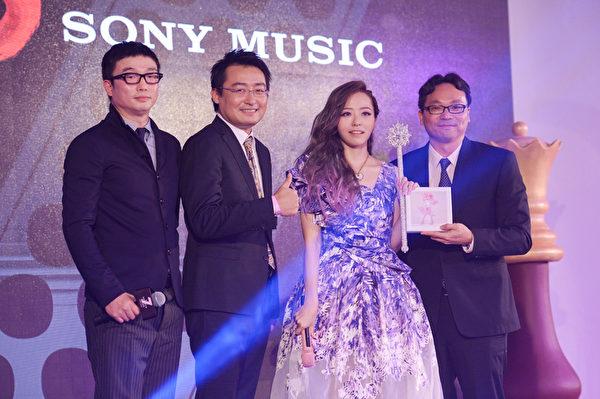 張靚穎(右二)加盟索尼唱片最新華語大碟《第七感》7月21日全亞洲發行。(環球唱片提供)