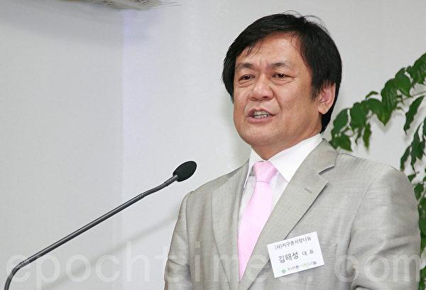 """韩国最大规模的移居民非营利支援团体——""""地球村爱心分享""""的代表金海性,是首尔""""外国劳工专门医院""""创办者。他在建院10周年庆祝会上发表演讲。(全宇/大纪元)"""