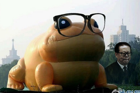 近日最热的,莫过于北京玉渊潭公园湖面上一只极像江泽民的巨型充气蛤蟆,西方主流媒体在报道中也纷纷直接介绍蛤蟆是江的绰号。(火狐体育合成图)