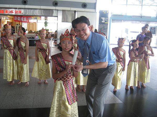 碧潭国小泰国传统舞蹈在高铁获得很好的回响。(台湾高铁提供)