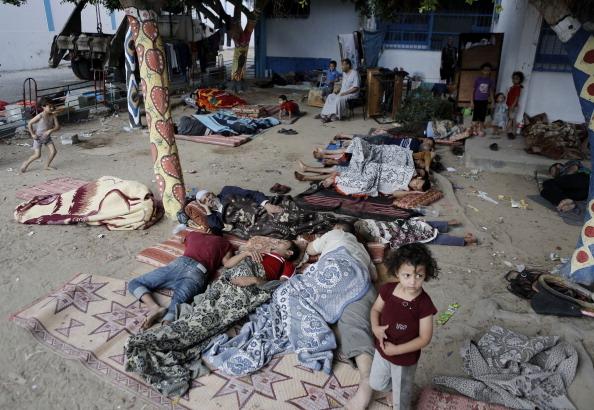 2014年7月23日,流离失所的加沙巴勒斯坦人在联合国近东救济和工作处的学校避难所。(MOHAMMED ABED/AFP/Getty Images)