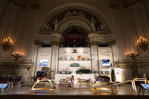 英皇家收藏基金會策展人安娜.雷諾茲在佈置「出行」展區的展品。(Oli Scarff/Getty Images)