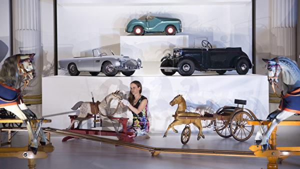 英皇家收藏基金會策展人安娜.雷諾茲在佈置王室玩具車展區的展品。(Oli Scarff/Getty Images)