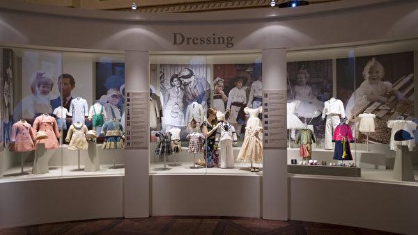 英皇家收藏基金會策展人安娜.雷諾茲在佈置王室童裝展區的展品。(Oli Scarff/Getty Images)