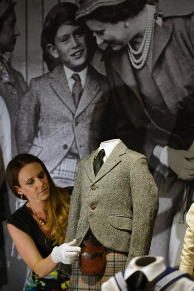查爾斯王子穿過的斜紋軟呢外套、皮革毛皮袋和蘇格蘭短裙。(AFP PHOTO / CARL COURT)