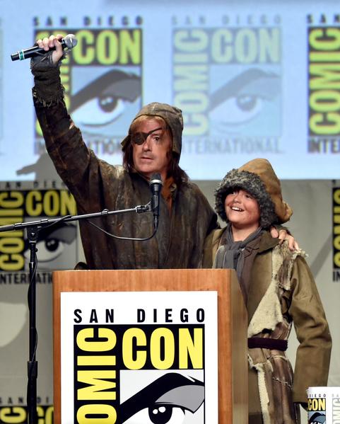 """电视名人""""扣扣熊""""史蒂芬·科尔伯特与儿子变装主持《霍比特人:五军之战》宣传会。(Kevin Winter/Getty Images)"""