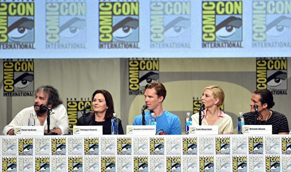 左起:《霍比特人:五军之战》导演彼得·杰克逊、编剧菲利帕·鲍恩斯与演员本尼迪克特·康伯巴奇、凯特·布兰切特和奥兰多·布鲁姆。(Kevin Winter/Getty Images)