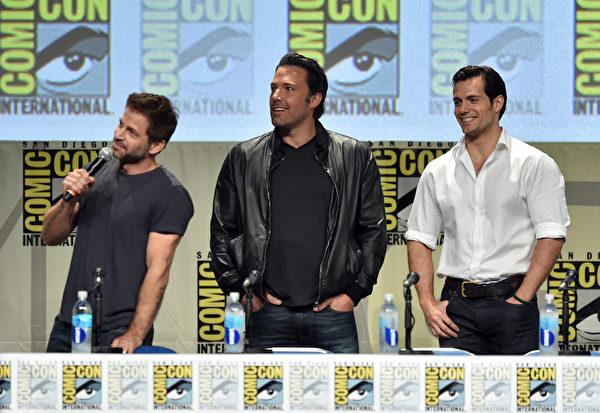 """导演扎克·施奈德与""""蝙蝠侠""""本·阿弗莱克与""""超人""""亨利·卡维尔出席华纳兄弟《蝙蝠侠 vs 超人:正义曙光》宣传会。(Kevin Winter/Getty Images)by Kevin Winter/Getty Images)"""