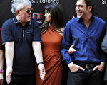 西班牙導演佩德羅‧阿莫多瓦(左)與明星夫婦哈維爾‧巴登和佩內洛普‧克魯茲。(AFP PHOTO/DOMINIQUE FAGET)