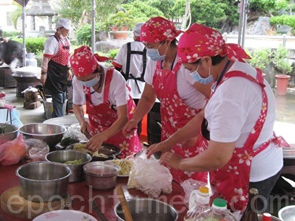 四炆四炒競技,PK的總舖師忙著張羅佳餚。(陳文敏 /大紀元)