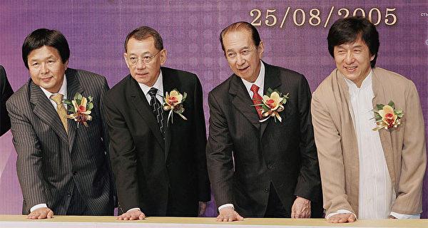 英皇集團總裁楊受成(左二)歷來被香港廣泛認為是具有黑社會背景的富商,與中共紅人成龍關係密切。(AFP)