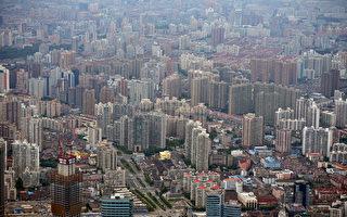 近日,江泽民老巢上海四名海关官员因涉及职务犯罪被带走调查。其中原上海海关副关长卞祖耀还被指向某位领导赠送了多套房屋。目前尚未披露该领导的具体名字。图为2013年8月2日,上海浦东区。(PETER PARKS/AFP/Getty Images)